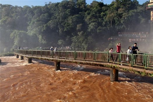 Foz do Iguacu - Walking across the bridge
